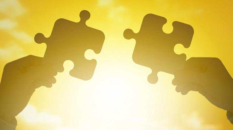 パズルの破片を合わせようとするイメージ