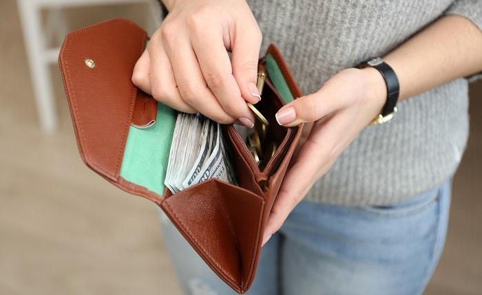 財布からお金を出そうとしている女性