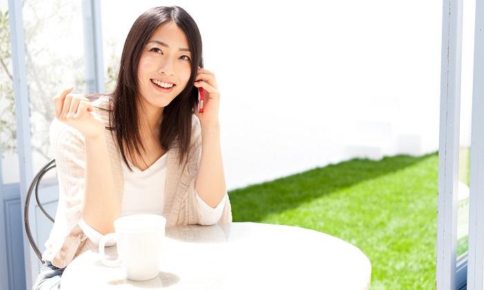 庭で電話する女性