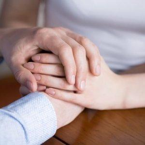 手を取り合う男女