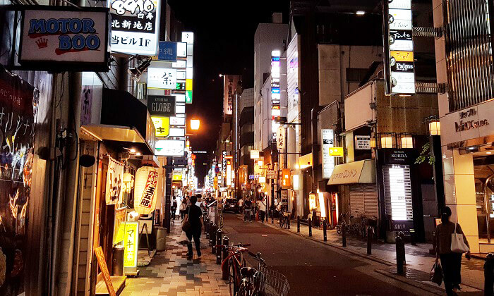 梅田 商店街の夜の街並み