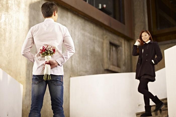 女性にプロポーズをしようとしている男性