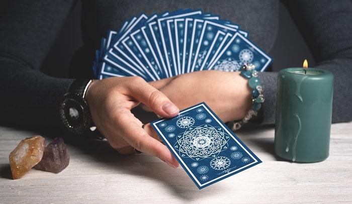 タロットカードで占いをしている女性