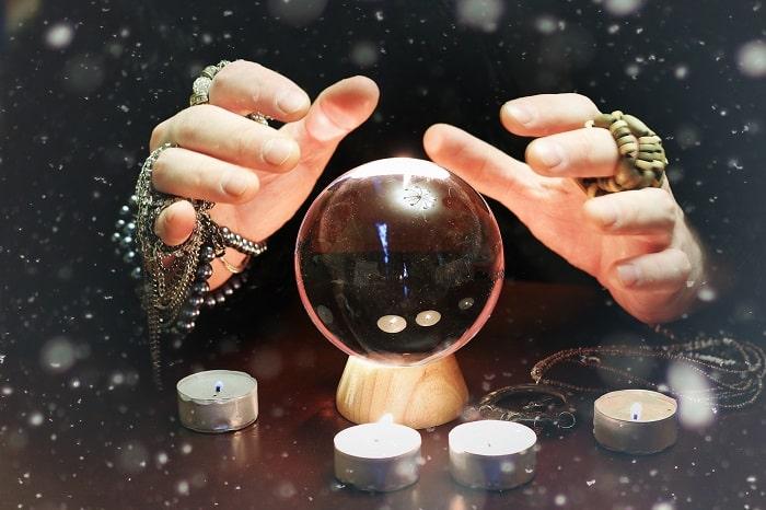 水晶を使い占う占い師