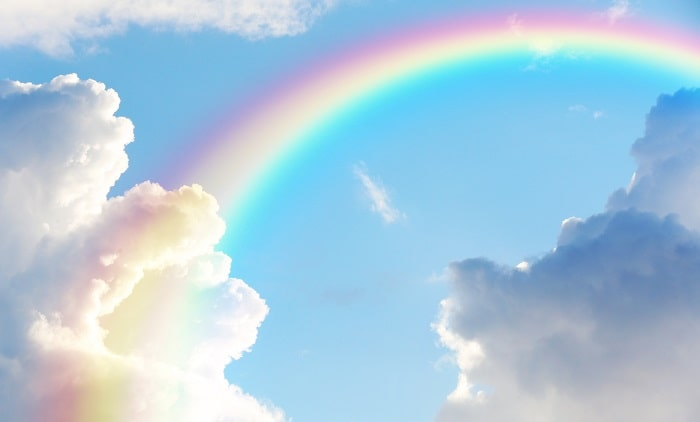 晴れの日の空と虹