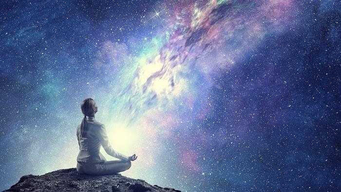 女性が瞑想しているスピリチュアルな写真