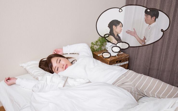 離婚の夢を見る女性