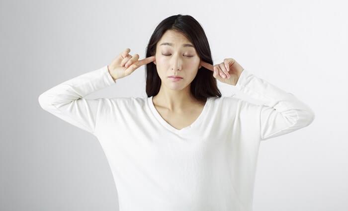 耳栓する女性