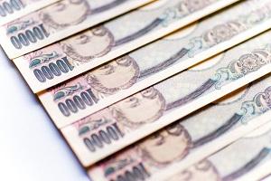 逆さにして重ねられた一万円札