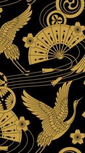 黒のカラーを背景に暗めの金色で扇子と鶴など縁起の良いアイテムを描いた和柄のイラスト待受