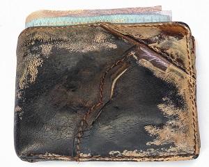 ボロボロに傷んだ黒の折りたたみ財布