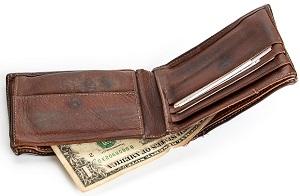 手垢で内外が黒ずんでいる茶色の折りたたみ財布