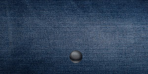 青いデニム素材の財布
