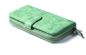 淡いグリーンの長財布