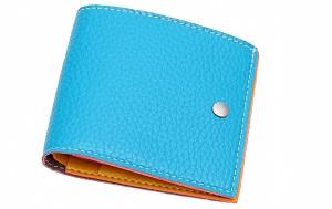 水色の折りたたみ財布