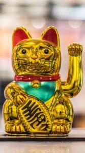 金色をした招き猫の置物の待受