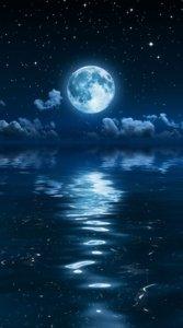 星が輝く青い空に浮かぶ月(満月)の光が海に反映された美しい待受