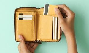 財布にカードを入れる