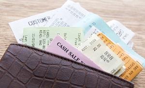 財布から出した様々なレシート