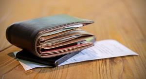 カードやレシートでパンパンに膨れた折りたたみ財布