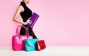 3つのカラフルなバッグと紫の長財布を持つ女性