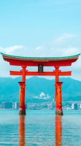 厳島神社の海の中に立つ鳥居の写真待受