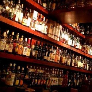 バーのカウンターに置いてあるたくさんのお酒