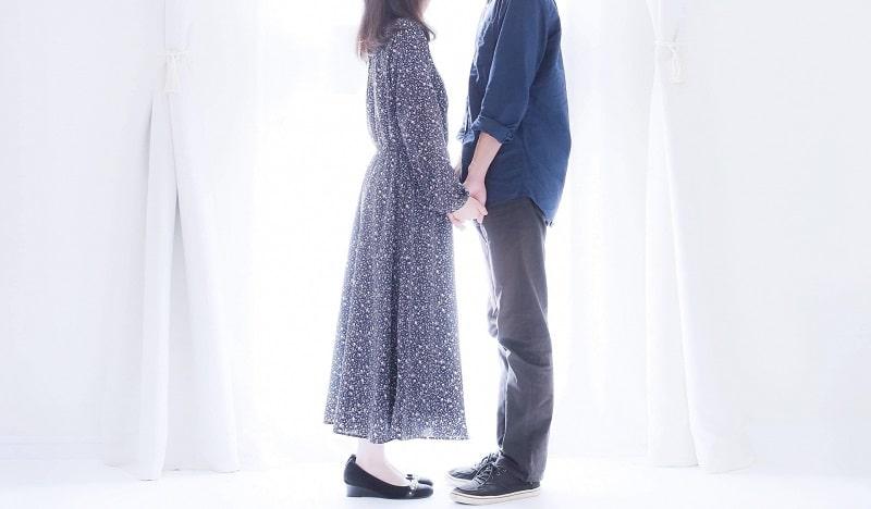女性と男性が向き合っている画像