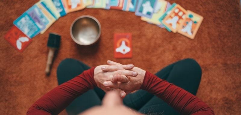 オラクルカードの前に座っている女性