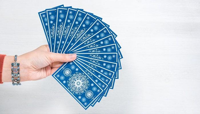 オラクルカードを広げて手に持っている写真
