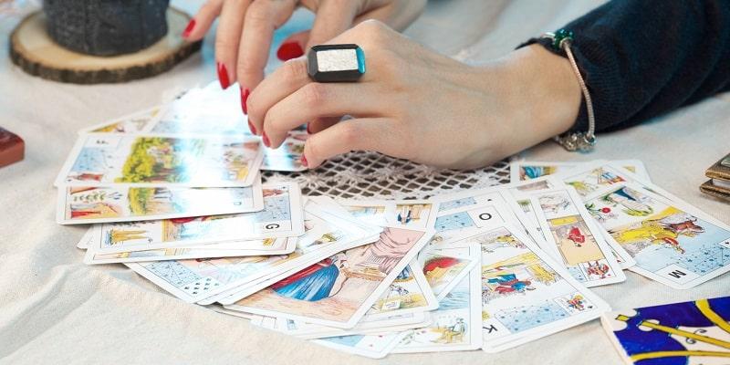オラクルカードを広げる女性