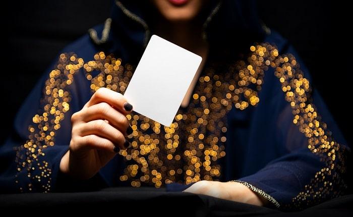 タロットカードを使う占い師