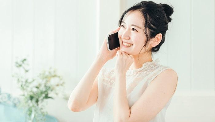 笑顔で電話をする女性