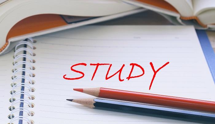ノートとペンと本など勉強のイメージ画像