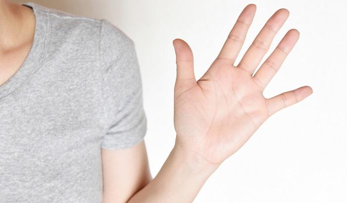 女性の左手の平