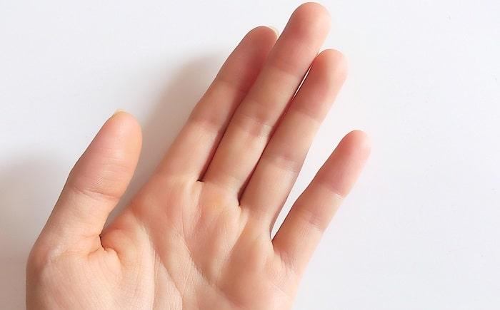 女性の手の平