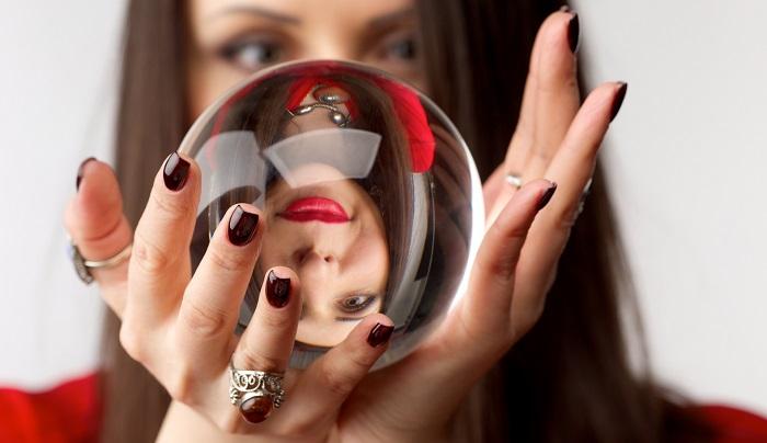 水晶を持ち占いをしている女性